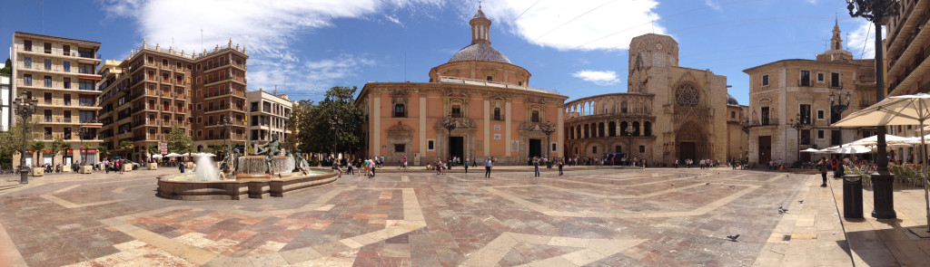 Valencia's beautiful Plaça del Virgen. Click image for a larger version.